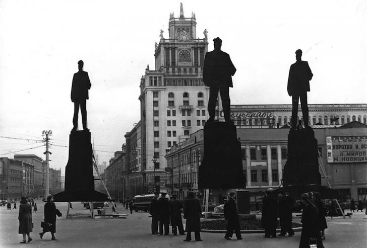 Фото №1 - Для чего весной 1958 года в Москве поставили трех деревянных Маяковских