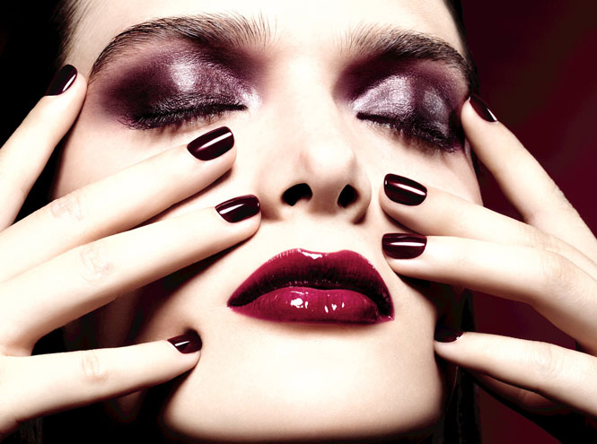 Фото №1 - Rouge Noir Absolument: рождественская коллекция Chanel