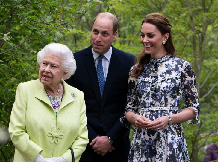 Фото №1 - О чем говорит невероятно теплое приветствие королевы и Кейт Миддлтон в Челси