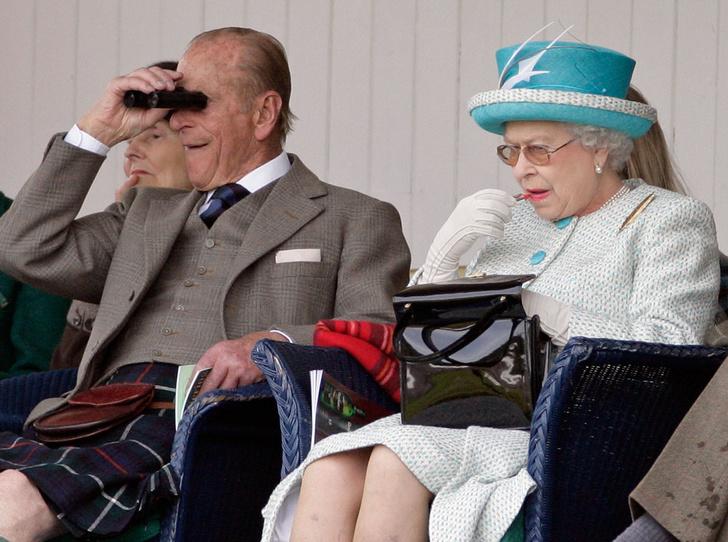 Фото №5 - Секреты дамской сумочки Елизаветы II: что Королева всегда носит с собой
