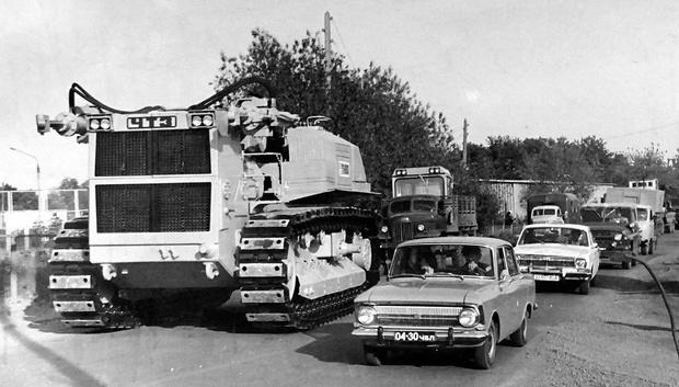На работу своим ходом. Кстати, обратите внимание, что демонтированная кабина «восьмисотого» едет отдельно— в кузове, следующего за бульдозером грузовика