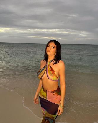 Фото №2 - Кайли Дженнер позирует на пляже в невероятно откровенном образе 😳