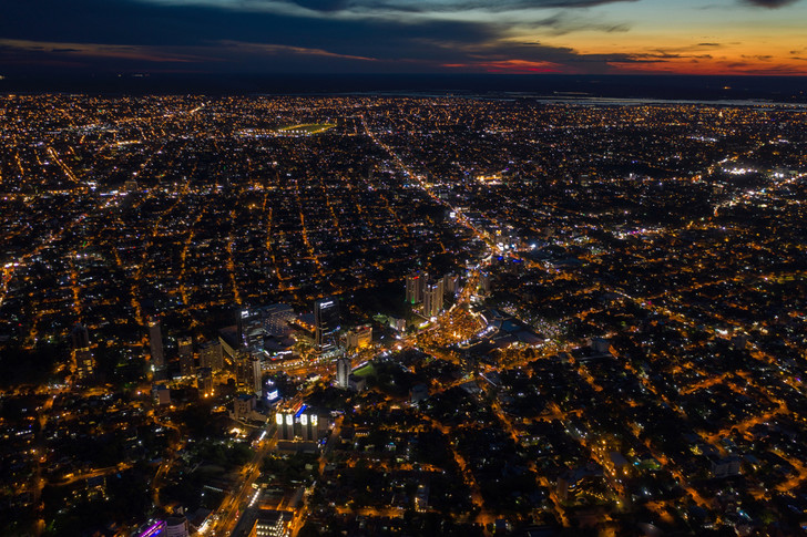 Michael Scherk / EyeEm / Getty ImagesНочной вид на Асунсьон, столицу Парагвая