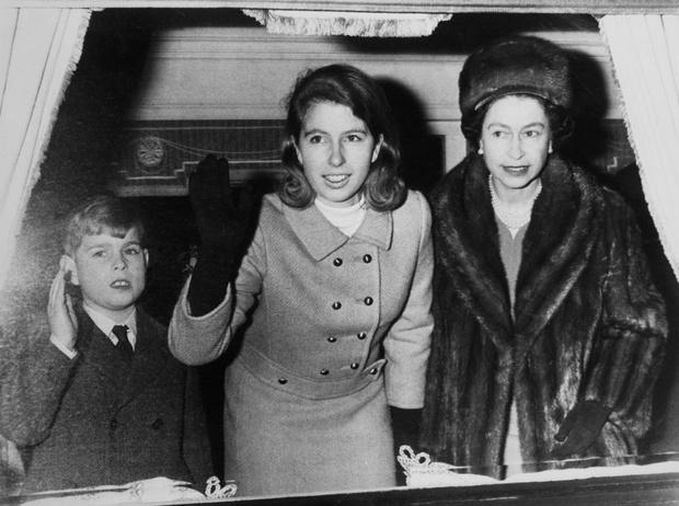 Фото №3 - Любимый сын: как особое отношение Королевы к принцу Эндрю привело его к краху