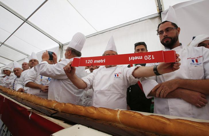 Фото №1 - В Милане испекли самый длинный багет в мире