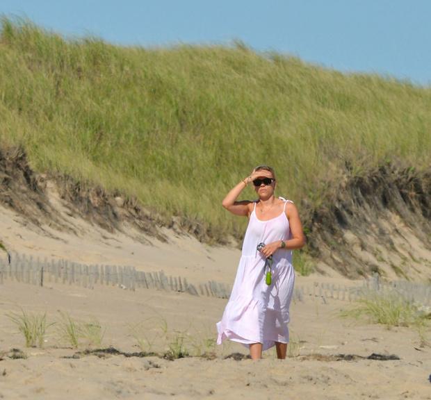 Фото №1 - Скарлетт Йоханссон открыла пляжный сезон. Неожиданно— в розовом