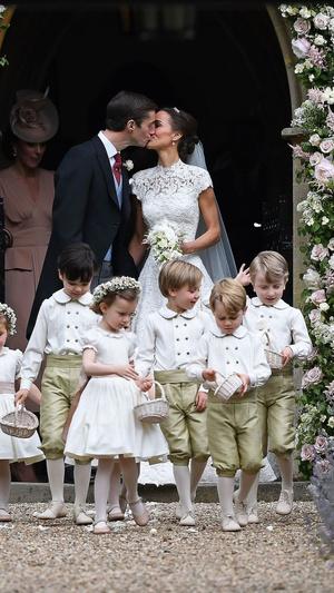 Фото №2 - Самые милые фото Джорджа и Шарлотты на королевских (и не только) свадьбах