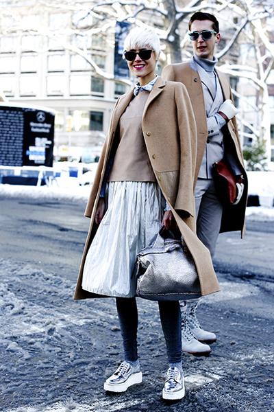 Фото №4 - Нескучные способы носить классическое пальто