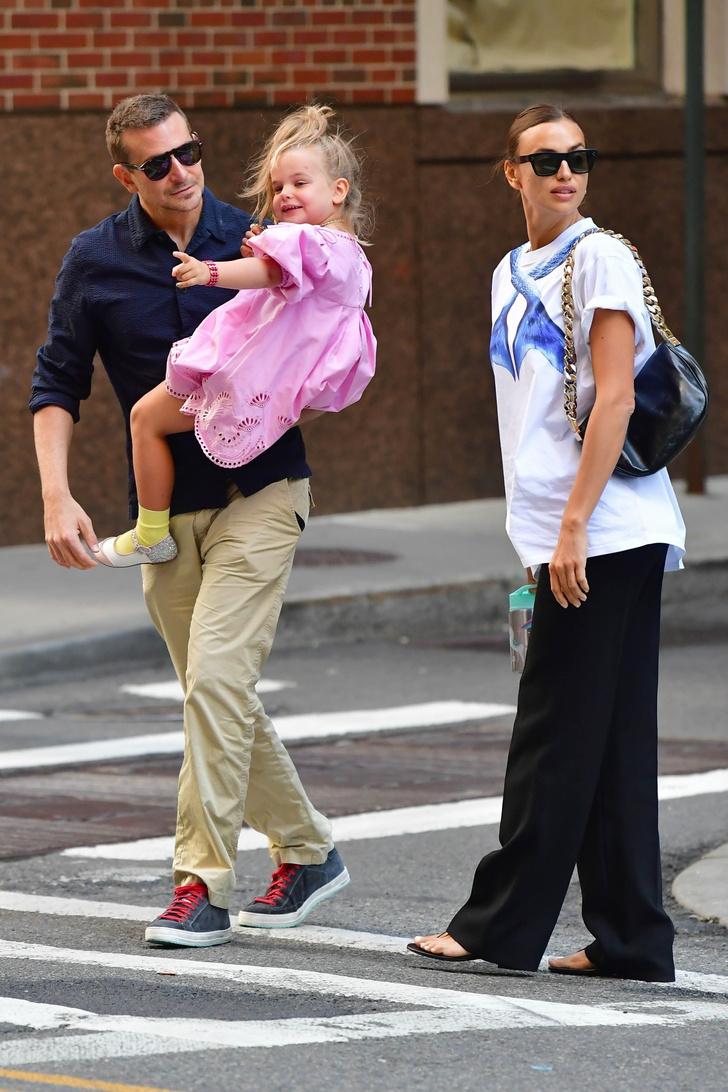 Фото №1 - Семейная идиллия: Ирина Шейк и Брэдли Купер на прогулке с дочерью