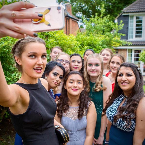 Фото №12 - 35 крутых идей для фотографий с друзьями на выпускном