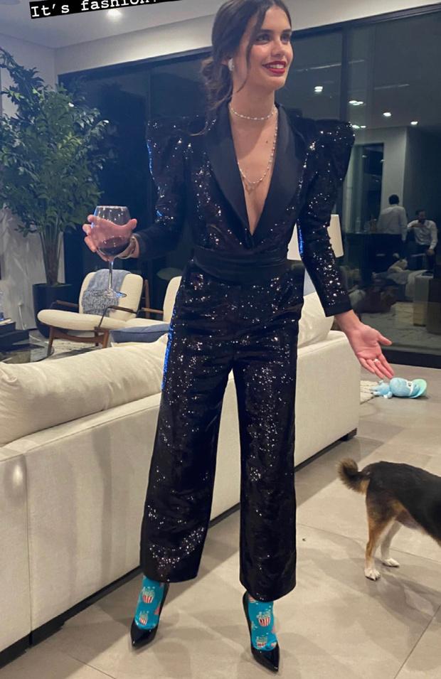 Фото №1 - Только супермодели делают это: Сара Сампайо в цветных носочках на вечеринке «Оскара»