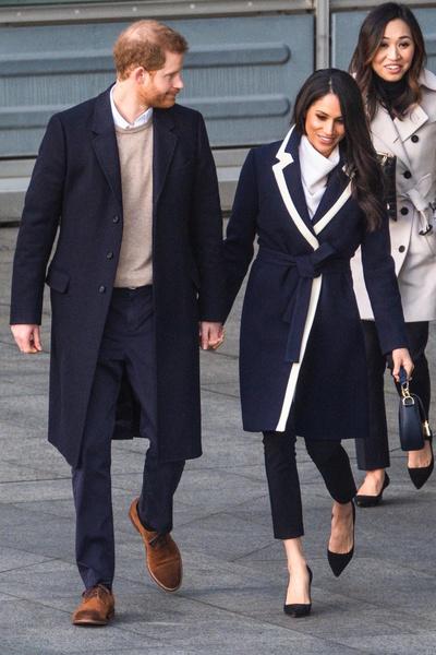 Монарший статус обязывал Меган носит брюки, наглухо закрывая зону паха.