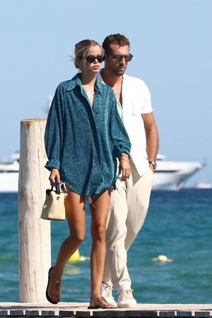 Фото №3 - Сверкающая рубашка гипнотического оттенка + микрошоты: невероятный пляжный образ Фриды Аасен, который вы можете повторить в городе