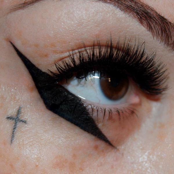 Фото №7 - Креативные стрелки: 10 способов разнообразить макияж глаз
