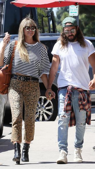 Фото №2 - Леопардовые капри и тельняшка: Хайди Клум на прогулке с мужем