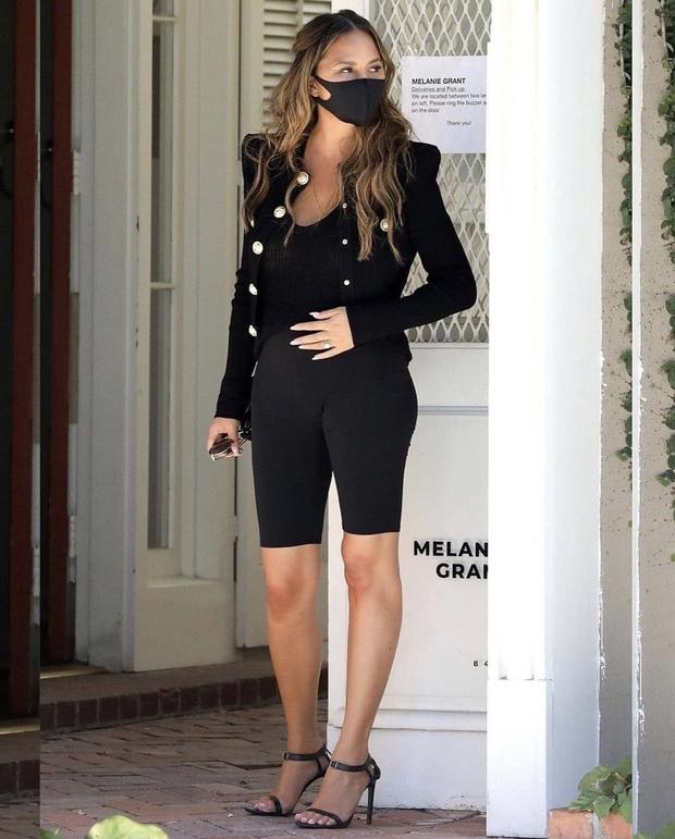 Фото №2 - Супермодель Крисси Тейген снова беременна. И выглядит сногсшибательно в черных велосипедках и классическом жакете