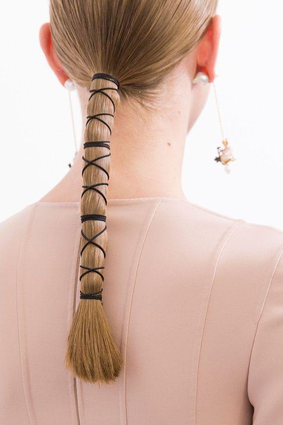 Фото №1 - Соберите волосы: 10 простых причесок для жары
