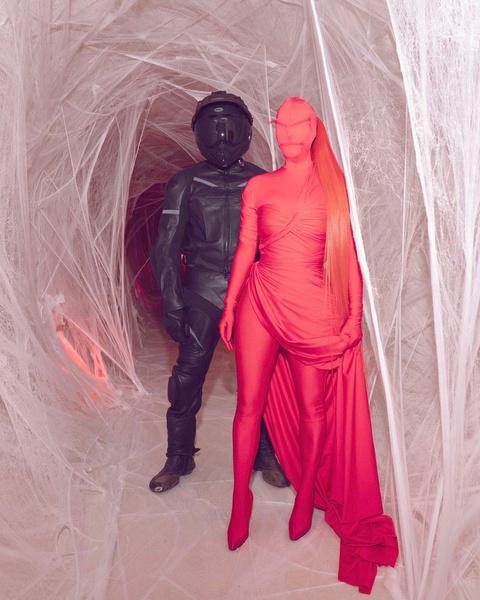 Фото №1 - Ужасно знаменитые: самые безумные костюмы селебов на Хэллоуин 🎃