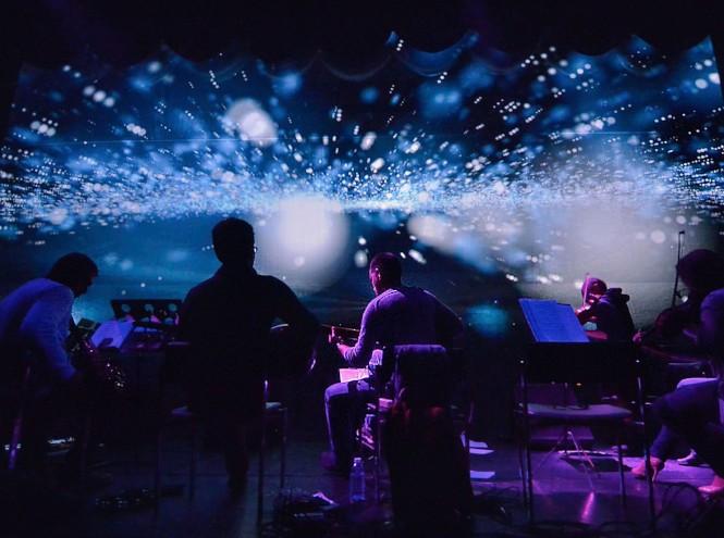 Фото №3 - Классика в темноте: шоу-концерт в иммерсивном формате