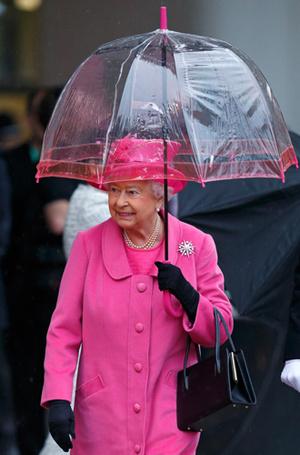 Фото №23 - Как отличить Королеву: каблук 5 см, сумка Launer, яркое пальто и никаких брюк