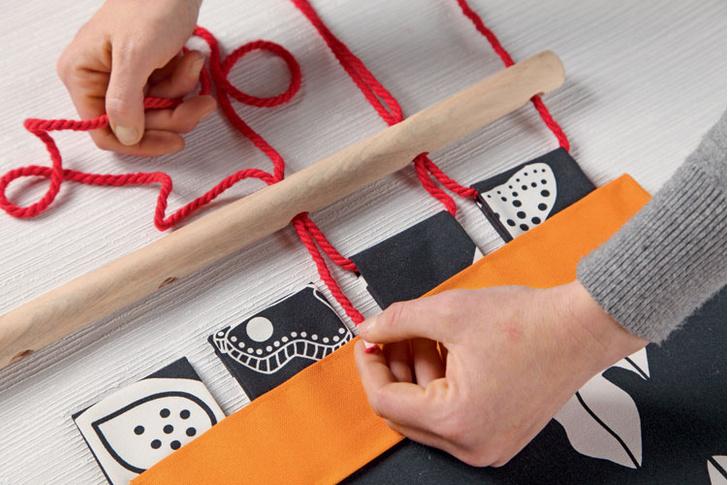 Оставляя «хвостик» длиной 1 м, веревку пропускают через отверстие в рейке, затем сквозь петлю и снова через отверстие.