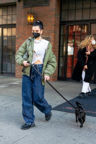 Фото №4 - Дуа Липа носит кроп-топы круглый год, но в декабре сочетает их с пуховиком