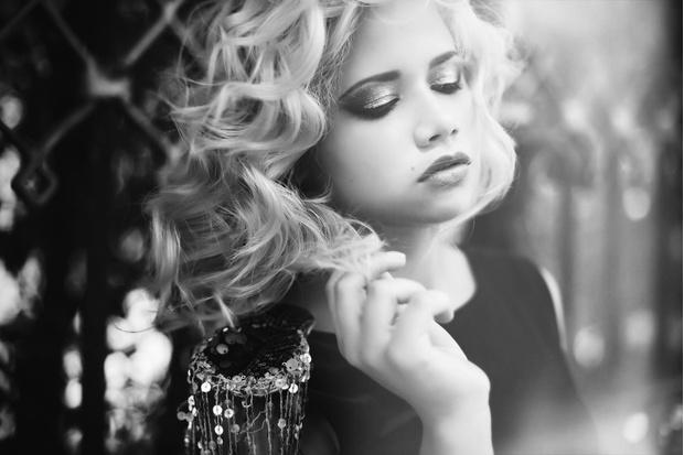 Откровенная сьемка мечтательной блондинки