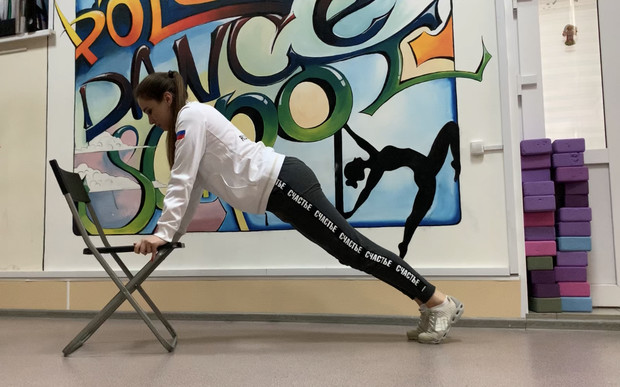 Фото №2 - Фитнес дома: 10 эффективных упражнений со стулом