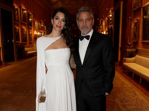Фото №1 - Как Джордж и Амаль Клуни становятся близкими друзьями Виндзоров