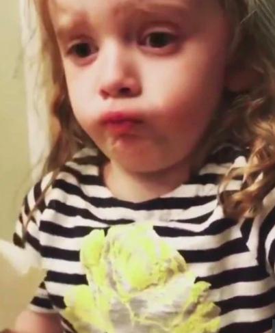Фото №1 - Видео: ради мамы девочка притворяется, что любит ее стряпню