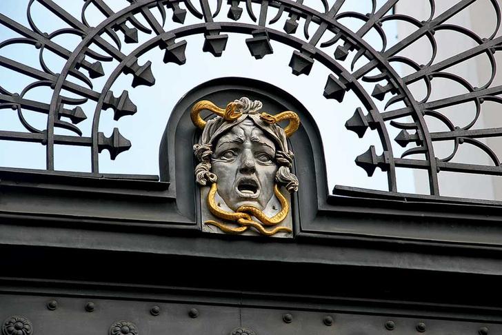 Фото №1 - Лицевая сторона: пражские декоративные рельефы