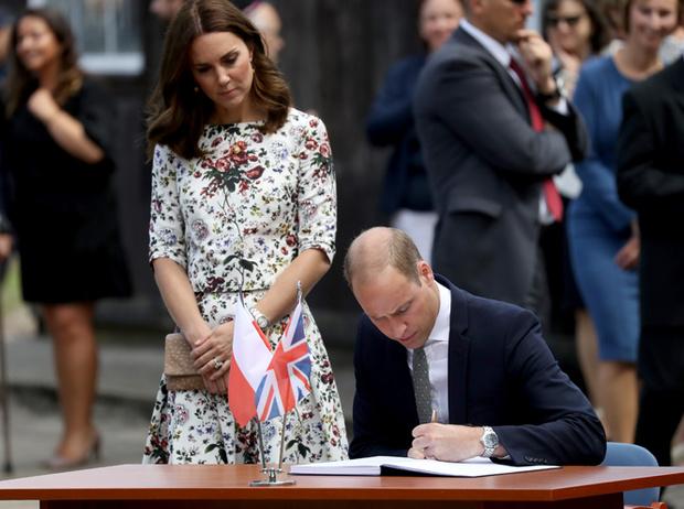 Фото №5 - Герцогиня Кембриджская еле сдержала слезы в концлагере Гданьска
