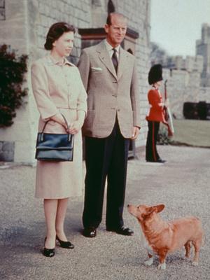 Фото №2 - Модный протокол: почему королевские особы носят сумки только в руках