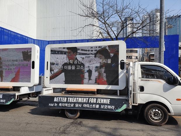 Фото №1 - Фанаты отправили к зданию YG Ent. грузовики с требованиями защищать Дженни из BLACKPINK