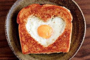 Фото №11 - 7 необычных и простых рецептов яичницы к завтраку