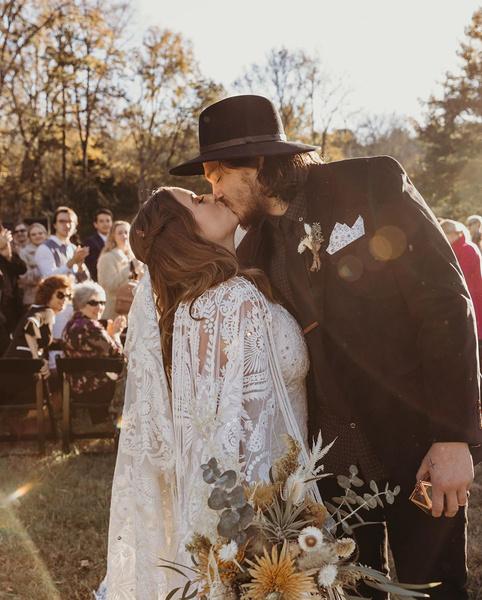 Фото №2 - Майли Сайрус взяла Коди Симпсона на свадьбу своего брата Брайсона