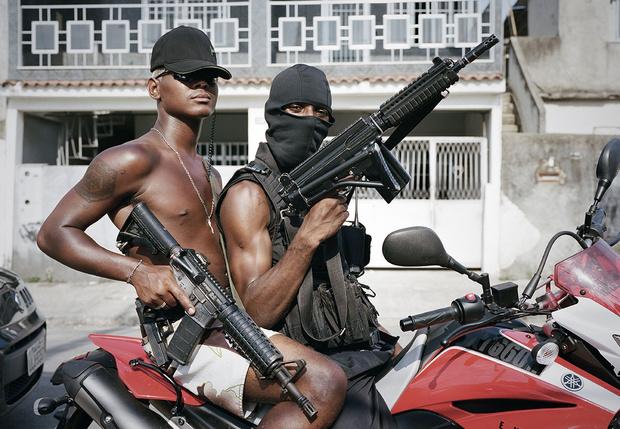 Фото №1 - Бразильская мафия сама ввела комендантский час, потому что власти этого не делают