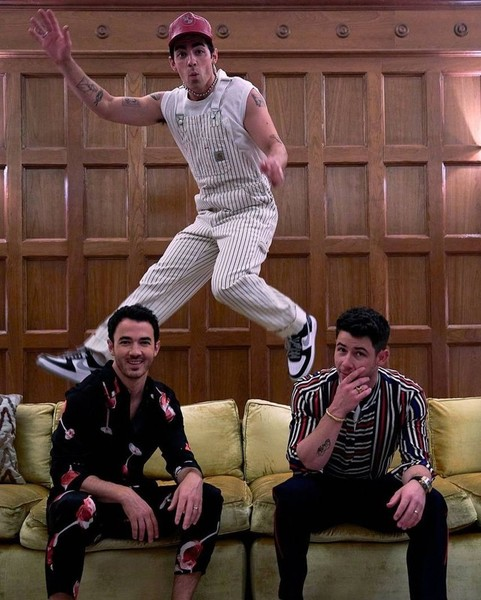 Фото №2 - The Boys in Vegas: три стильных осенних образа для парней от братьев Джонас