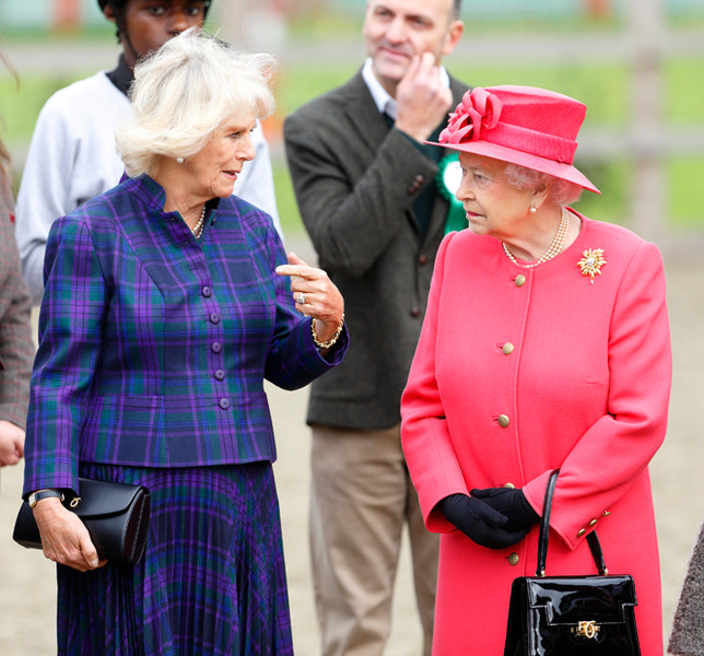 Фото №14 - Зачем Елизавете II столько одинаковых сумок Launer?