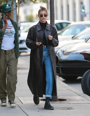 Фото №4 - Кожаные тренчи: как носить самые модные пальто сезона