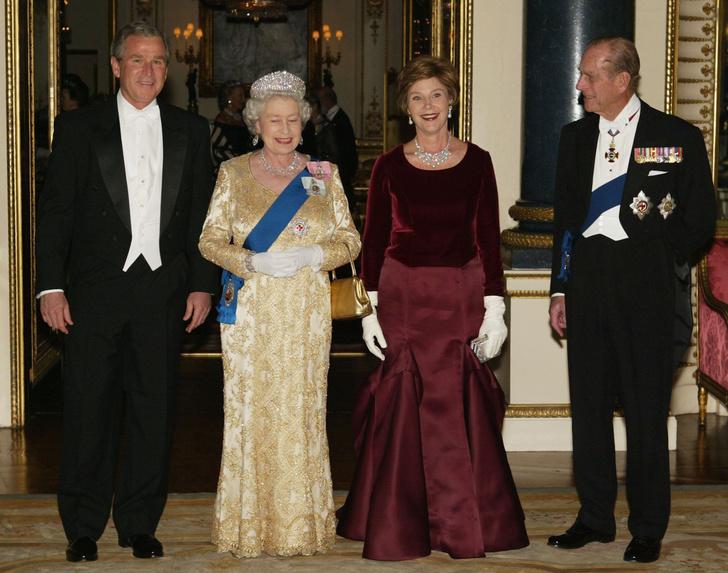 Фото №12 - От модных провалов до побед: как Первые леди одевались на встречи с Королевой