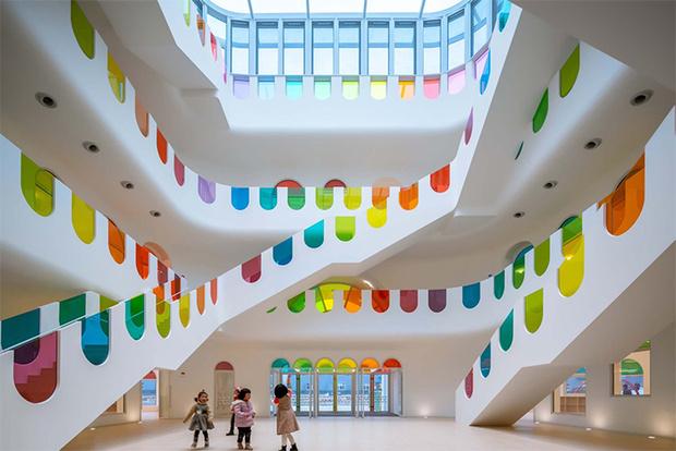 Фото №2 - Детский сад в форме торта, который может менять цвета: фото