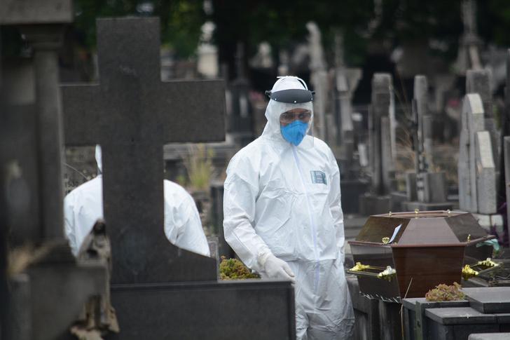 Фото №1 - ТАСС выложило фото с похорон умершего от коронавируса в Петербурге. В комментариях массово пишут, что это фотошоп