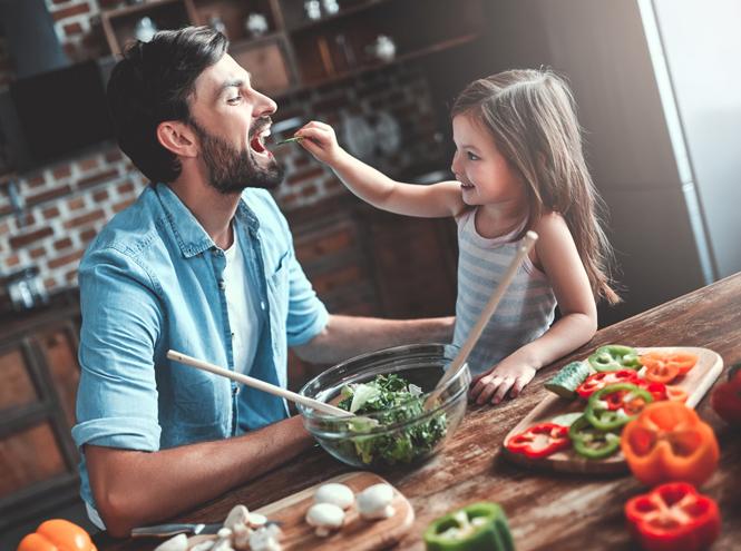 Фото №2 - Без слез и капризов: когда и как приучать ребенка к взрослой еде