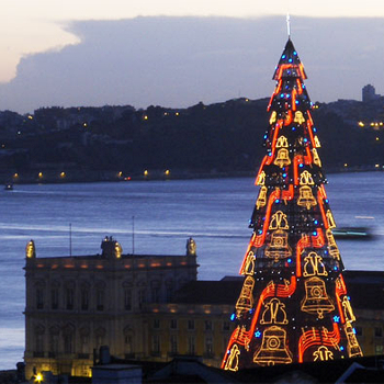 75-метровая ель в Лиссабоне, которая каждую минуту меняет свой наряд: то становится золотой, то неожиданно зеленеет, то по ее краям проступают изображения ангелов.