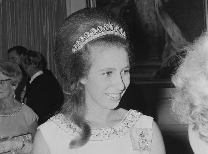 Фото №23 - Какую тиару Елизавета II одолжит Меган Маркл на свадьбу: делаем ставки