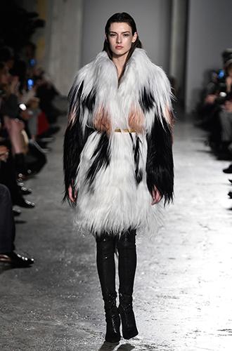 Фото №32 - Стразы, ботфорты и колготки в сеточку: как в моду входит все то, что раньше считалось безвкусицей