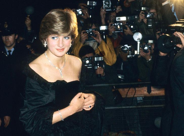 Фото №1 - Черное платье Дианы и ее первая ссора с женихом: как проходил дебют невесты Чарльза