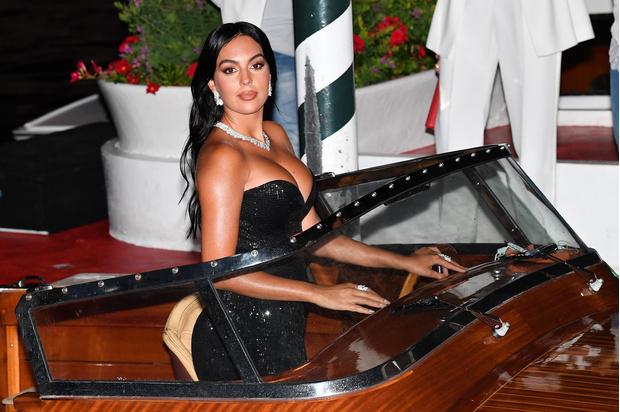 Фото №1 - Невеста Криштиану Роналду сразила всех своим декольте на Венецианском кинофестивале