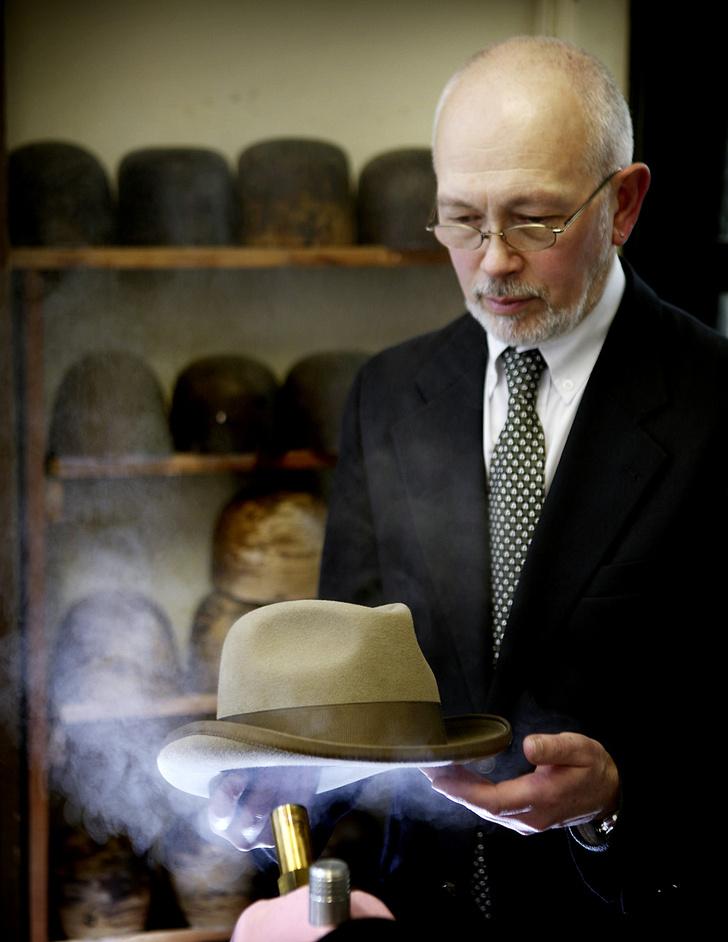 Фото №8 - Хитроумные шляпники: где делают головные уборы для королевы